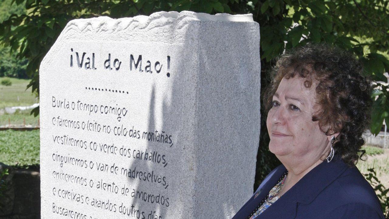 Marica Campo xunto a un monolito que lle dedicou a Asociación de Escritores en Lingua Galega no campo da festa de Val do Mao