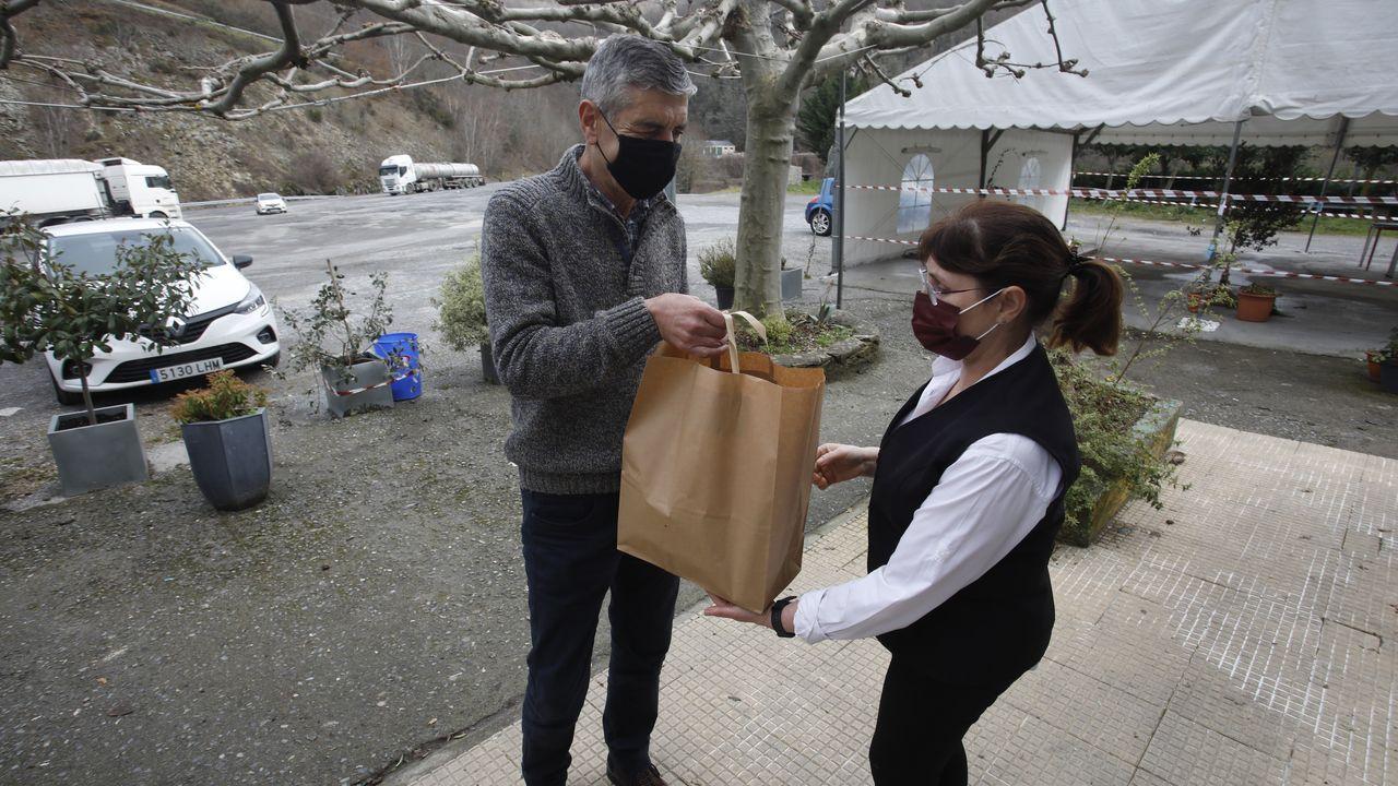 Pueblos que «vivían» de la N-VI:«Calculamos unha baixada de ventas do 70 % ».Un responsable de las obras de los viaductos de la A-6 recogiendo comida en el Villacol, en Noceda, As Nogais, entregada por su dueña, Inés Rodríguez