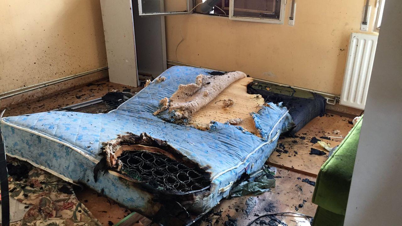 Estado en el que unos okupas dejaron un piso en el casco urbano de Ourense