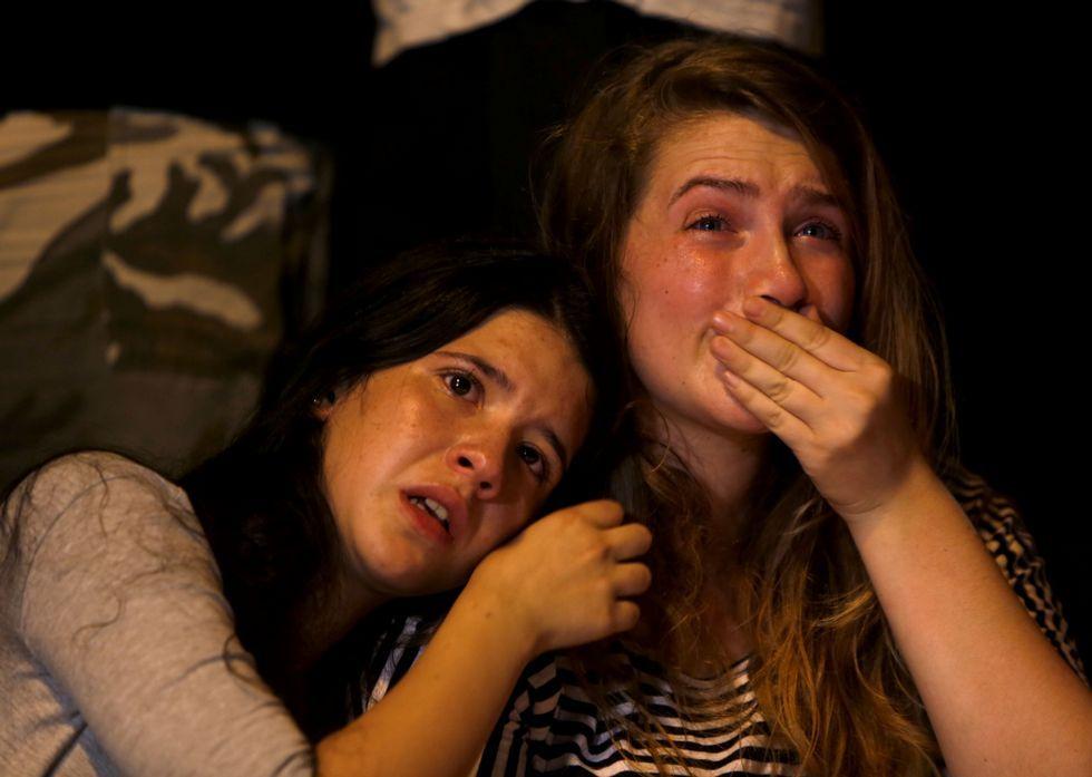 Batalla campal en Cisjordania.Dos jóvenes lloran al conocer la muerte de la adolescente apuñalada el día del Orgullo Gay.