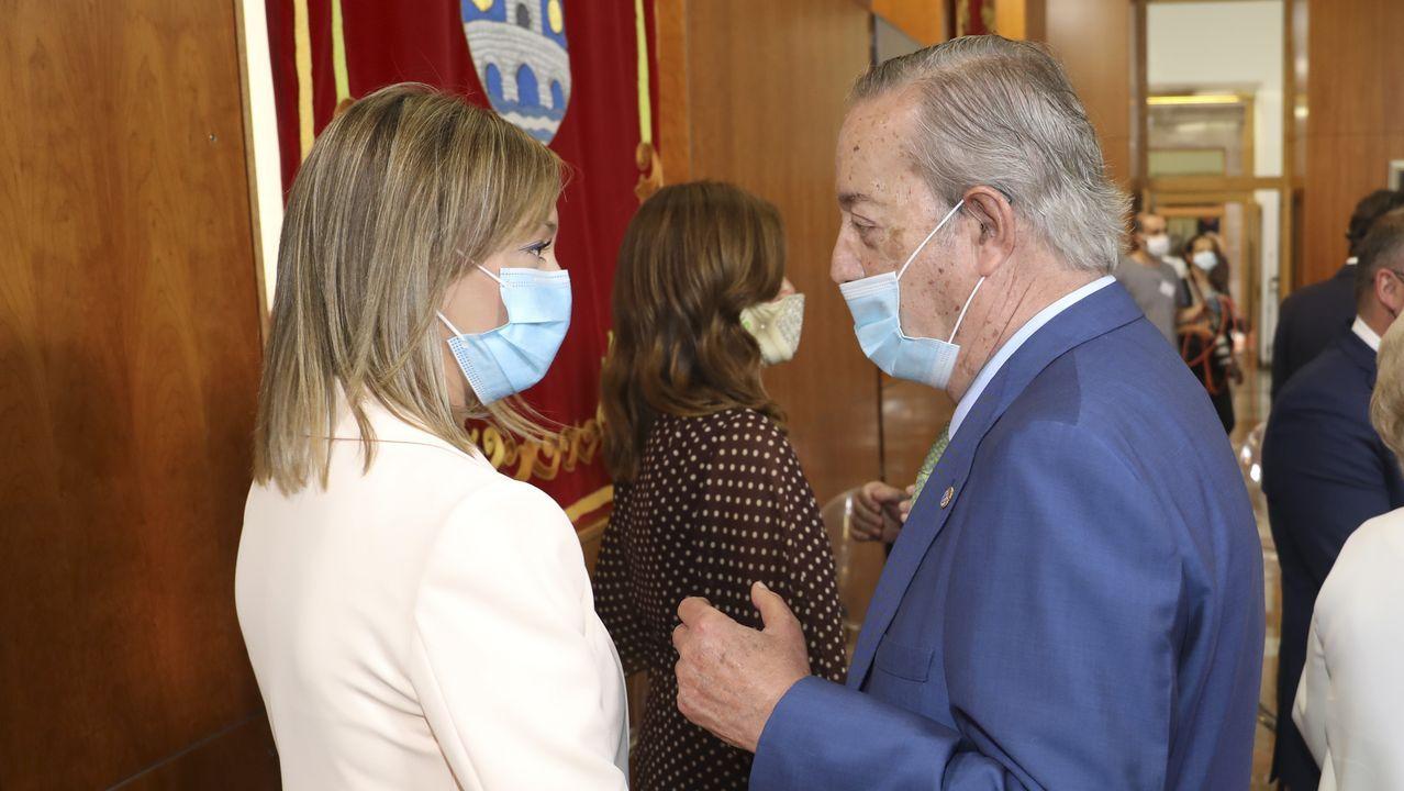 El presidente y editor de La Voz de Galicia, Santiago Rey Fernández-Latorre, charla con Fabiola García, conselleira de Política Social