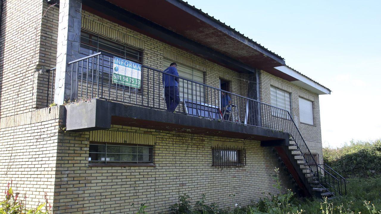 Varios operarios colocaron rejas en las ventajas y reforzaron la seguridad de la vivienda