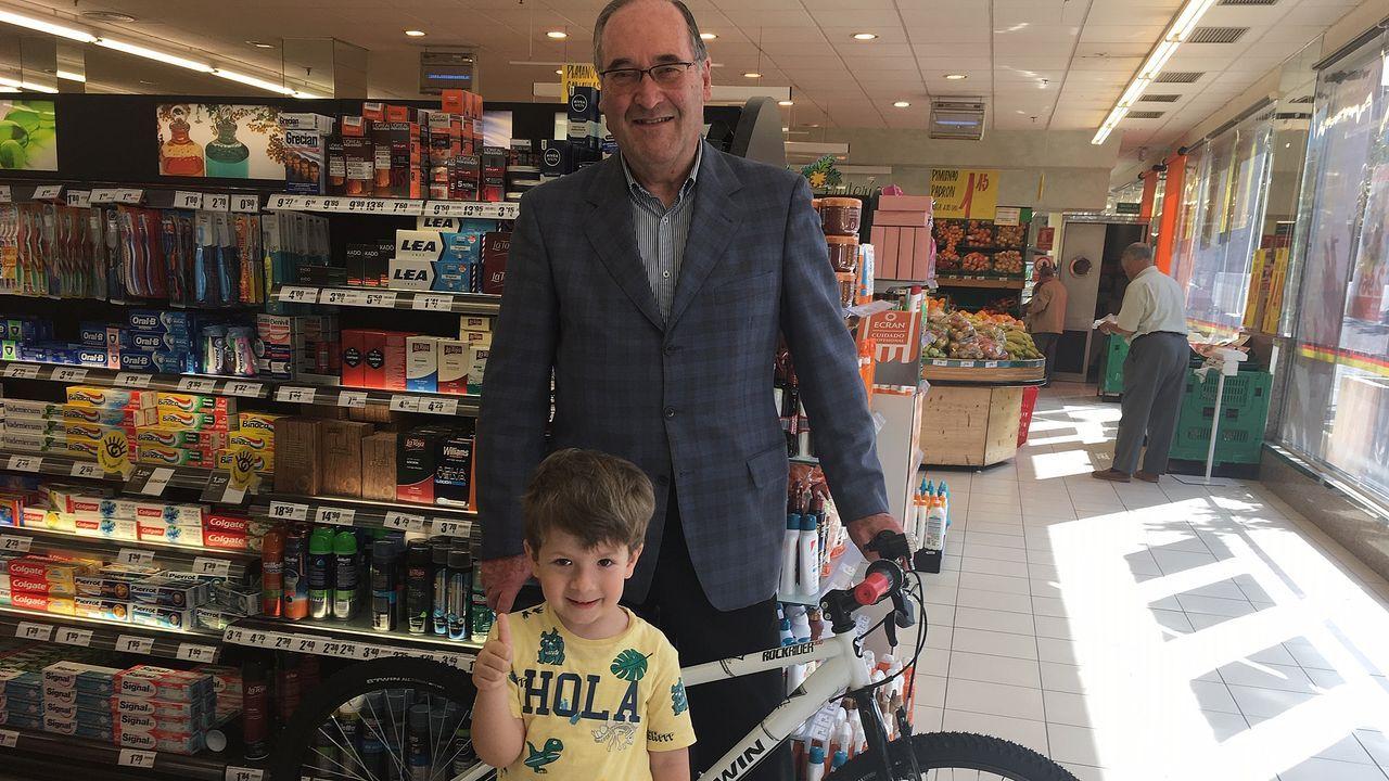 rioboo.Entrega de una bicicleta en Ferrol