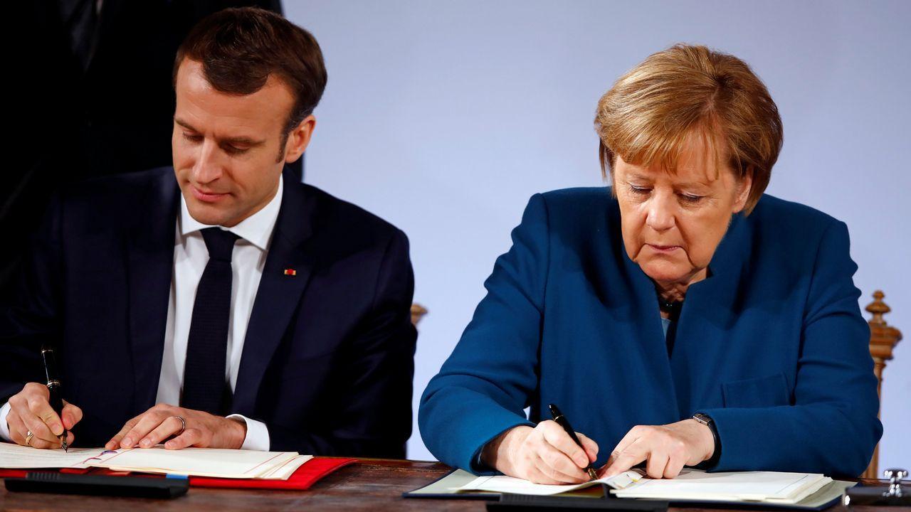 Marcon y Merkel firman el nuevo tratado en el ayuntamiento de la localidad alemana de Aquisgrán