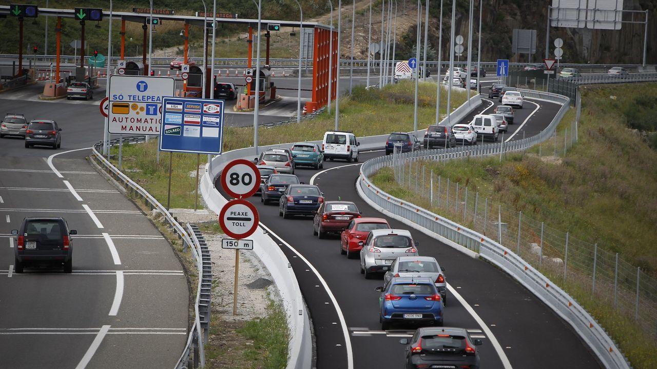 El PP se reafirma en la variante de Carballo y carga contra Sánchez.Cabina de peaje en la autopista AG-55, en Carballo