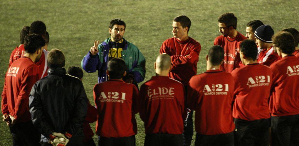 El nuevo entrenador del Lemos, Miki López, de frente, en su primera sesión con el equipo.