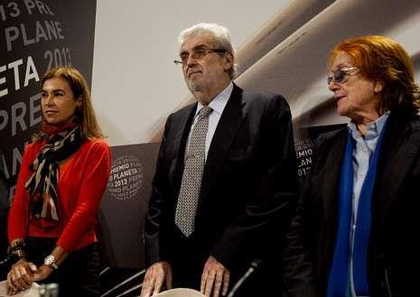 Lara con Carmen Posadas y Rosa Regas, miembros del jurado.