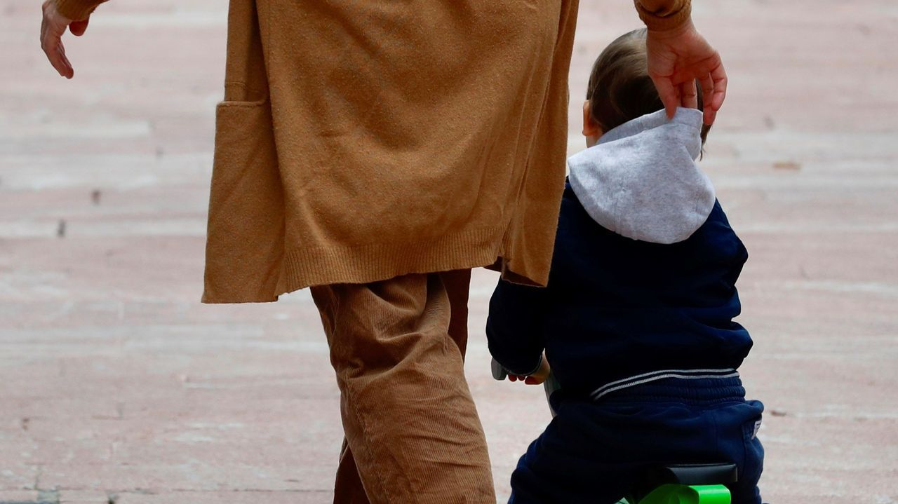 Clases vacías en Vigo en la reapertura de los colegios.Un padre pasea con su hijo en Oviedo