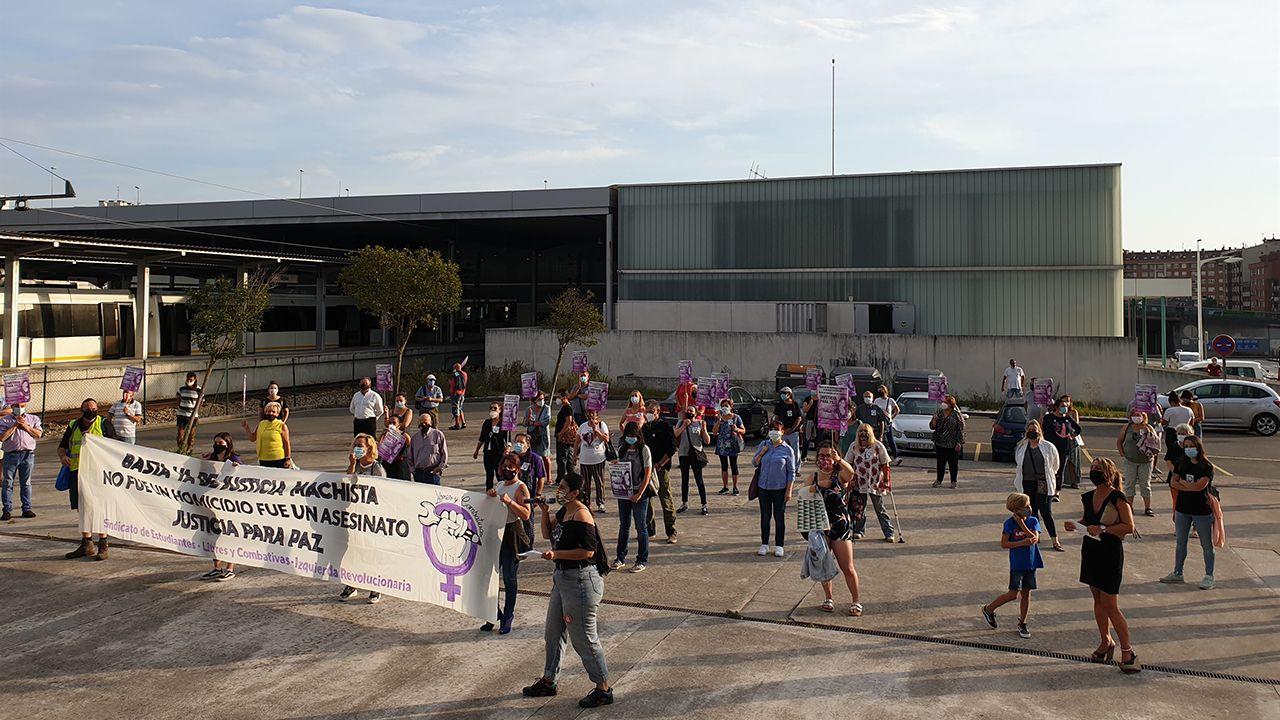 Concentración feminista frente a la Audicia de Gijón para reclamar justicia para Paz Fernández Borrego en el inicio del juicio al acusado de su muerte, Javier Ledo