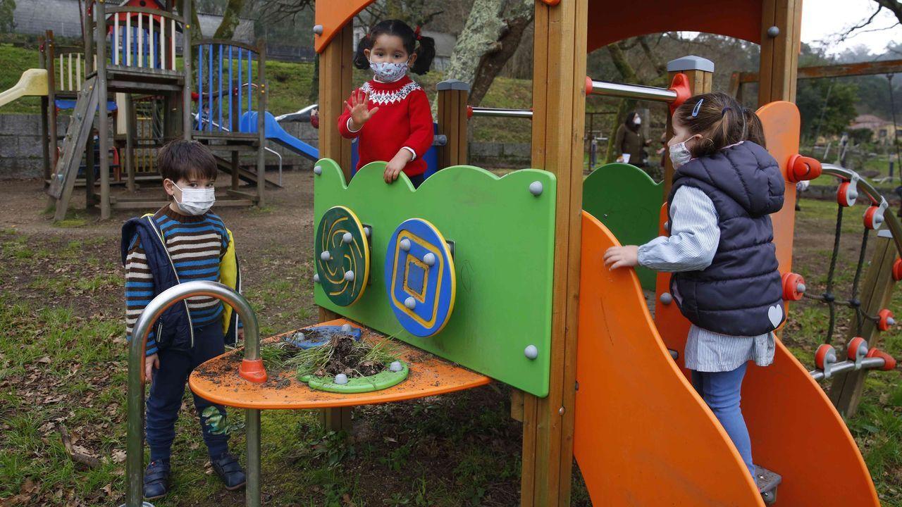 Pontevedra y O Salnés invitan a dar un paseo y descubrir sus lugares con encanto.Niños de la unitaria de Lantaño, en Portas, jugando en el parque infantil