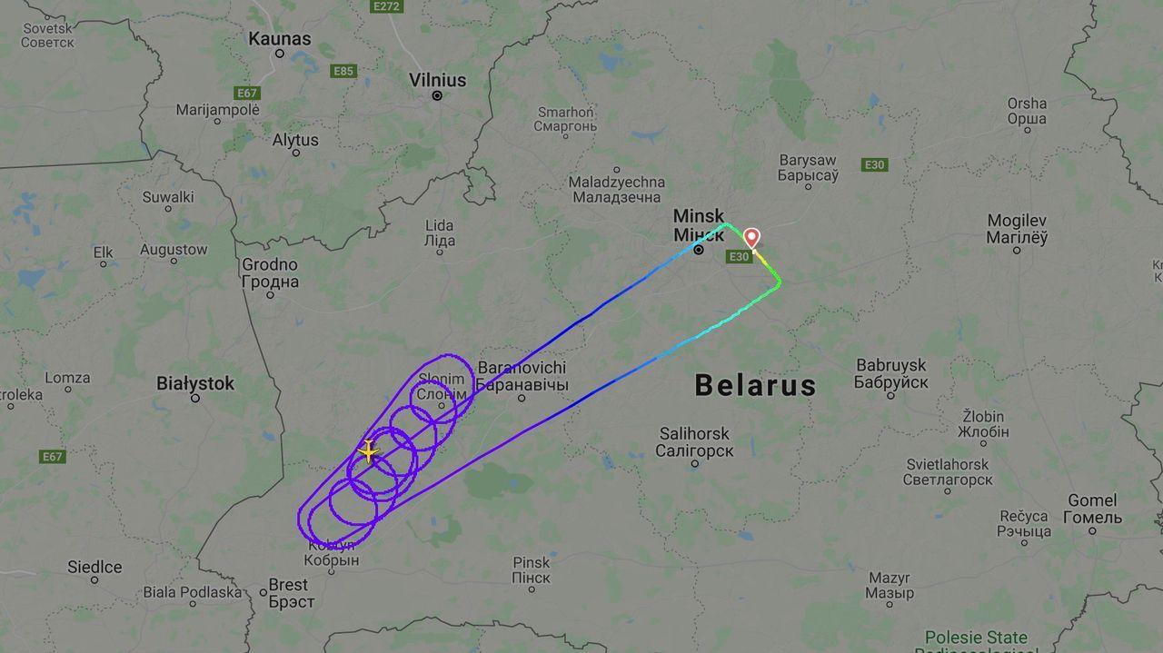 Imagen del servicio de seguimiento de vuelos Flightradar24 donde se aprecian los giros hechos por el avión antes del aterrizaje en el aeropuerto de la capital bielorrusa