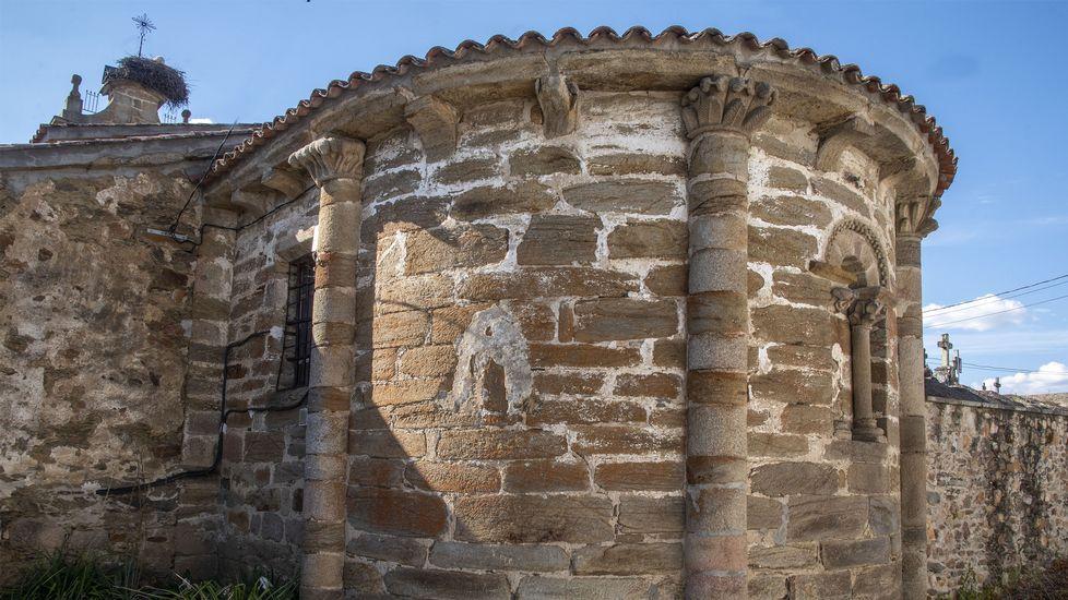 Ábside románico de la iglesia de Ribas Altas, donde comienza el recorrido