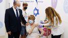 El Primer Ministro, Naftali Bennett, acompañó a su madre a recibir la tercera dosis de la vacuna este martes