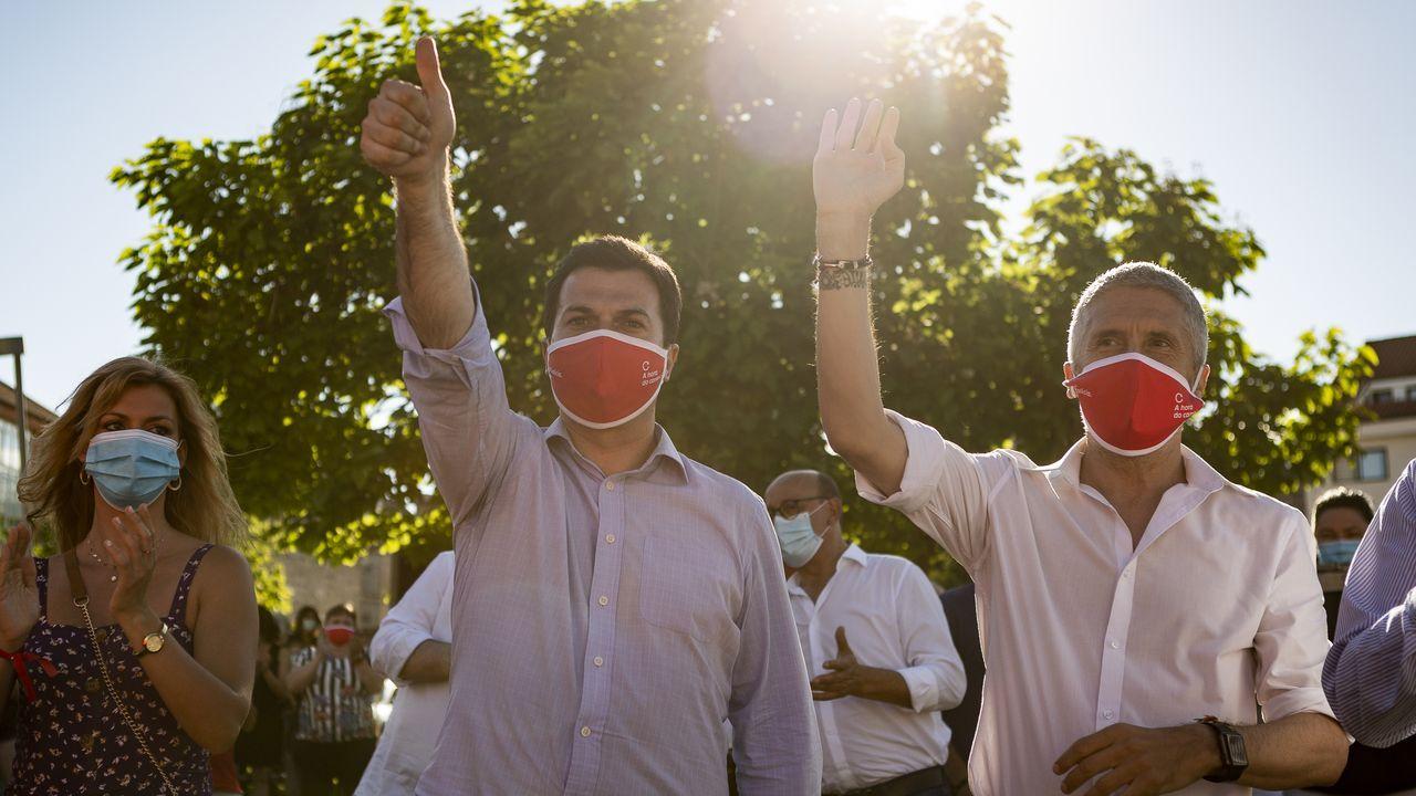 Un manifestante, cubierto por una mascarilla y utilizando su móvil a modo de pancarta, en las protestas contra la ley de seguridad nacional en Hong Kong