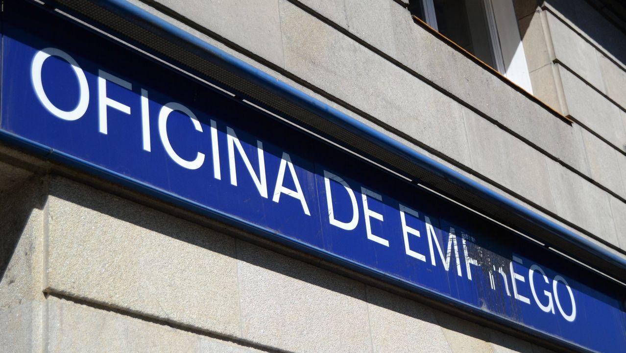 Protesta antes y durante el pleno de funcionarios que rechazan la propuesta de relación de puestos de trabajo.Oferta para médico en Oviedo