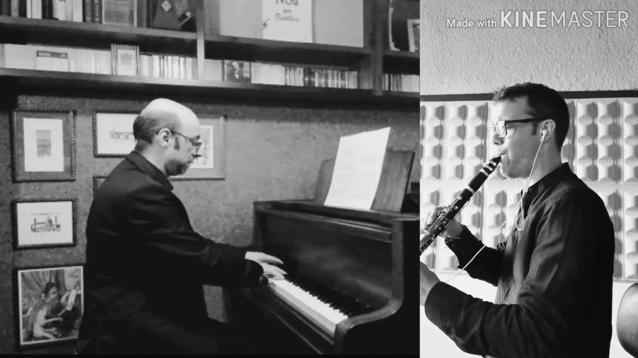 Piano e clarinete. Fotograma da gravación da peza «Pie Jesu Réquiem», coa que Carlos Timiraos e Plácido Travieso, profesor no Conservatorio de Música de Viveiro, renden homenaxe ás vítimas do covid-19