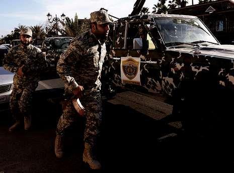 Los militares desalojaron ayer a un grupo que ocupaba un cuartel en Trípoli.