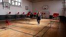 En Dinamarca se ha optado por reabrir las aulas manteniendo una distancia de seguridad; eso ha obligado a habilitar como espacios para clase algunos polideportivos y gimnasios