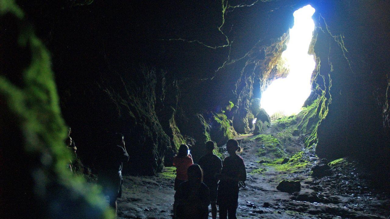 Una visita guiada a la Cova das Choias en la campaña de recorridos turísticos del verano del 2018