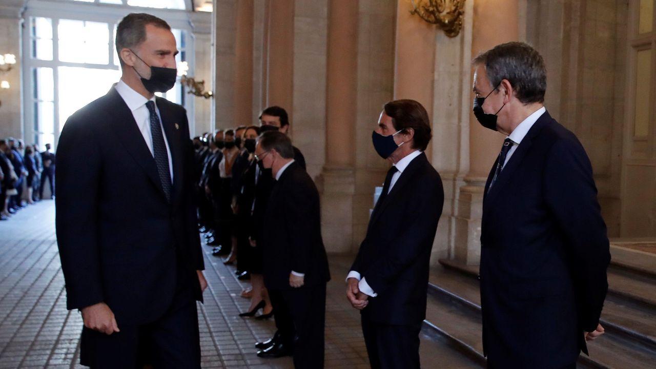 El rey Felipe VI saluda a los expresidentes del Gobierno José Luis Rodríguez Zapatero y José María Aznar