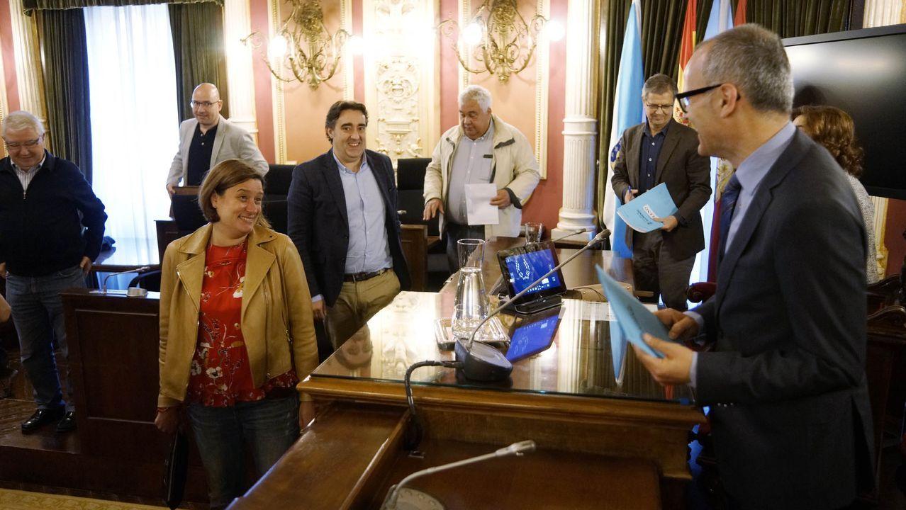 Gonzalo Pérez Jácome recibe el bastón de mando de manos de Mario Guede