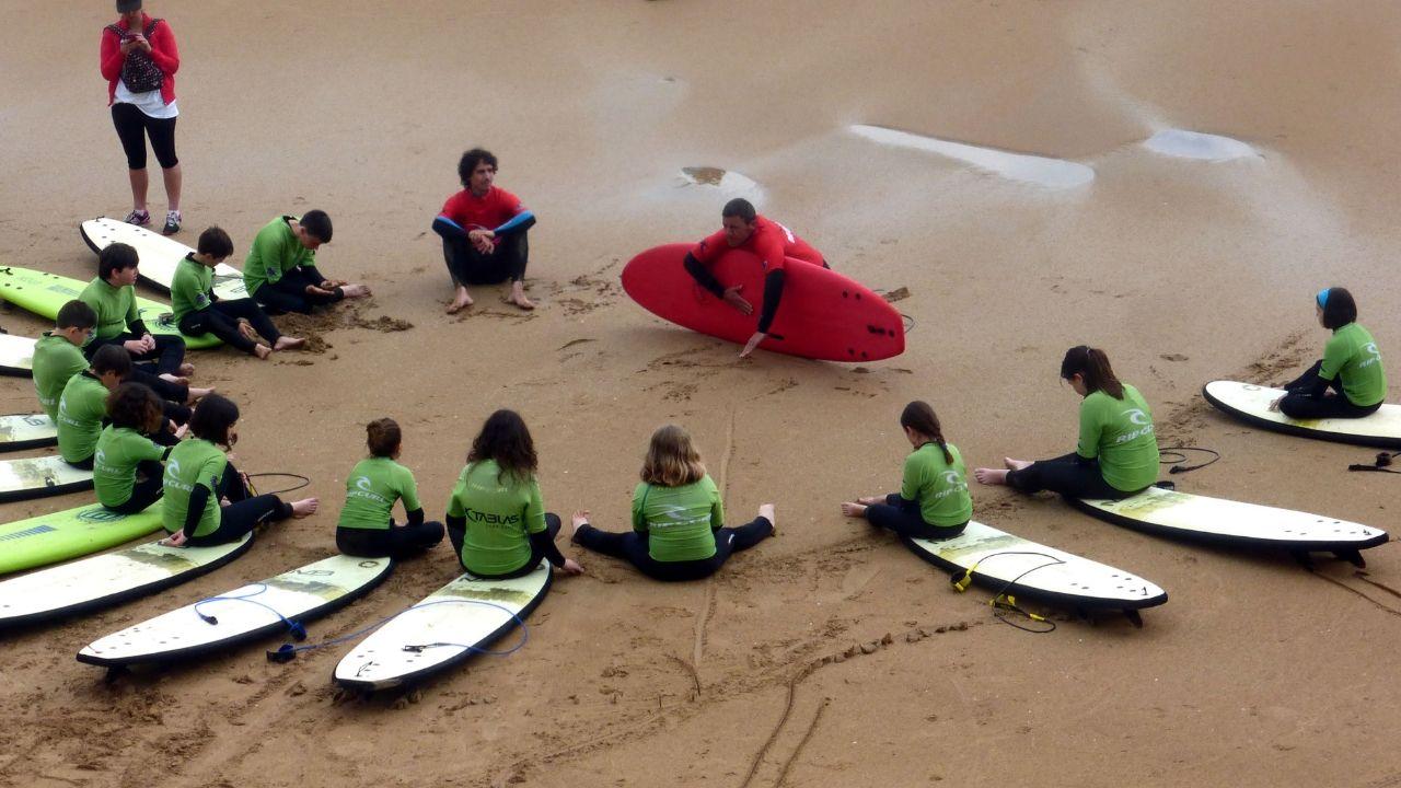 Un cursillo de surf para niños en la playa de San Lorenzo
