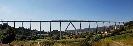 Un tren Alvia circulando por el viaducto de O Eixo, muy cerca del lugar donde se produjo el accidente.