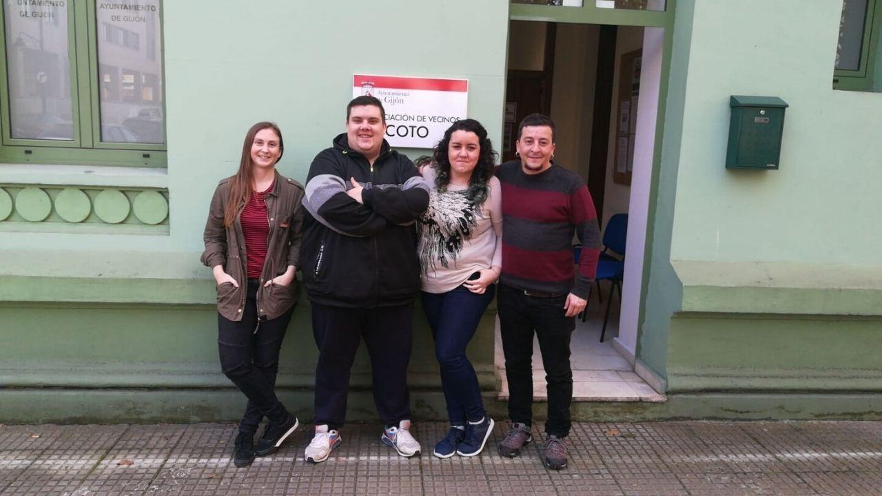 Katia Freije, Christian Guisado, Tamara Piney y Víctor Díaz junto a la sede de la Asociación de Vecinos de El Coto