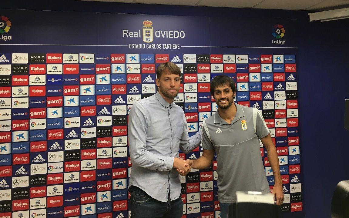 Alejandro Arribas posa con Michu en la sala de prensa del Carlos Tartiere