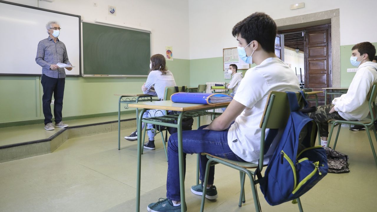 Alumnos con mascarilla en el IES Rosalía de Castro de Santiago el pasado mes de mayo