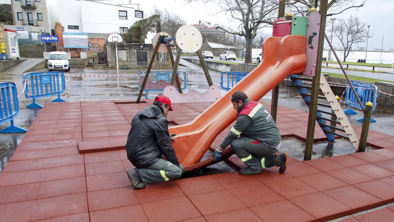 Cientos de vecinos sin agua en Caranza.En la imagen, operarios trabajando este jueves en la reposición del suelo del parque de Ferrol Vello