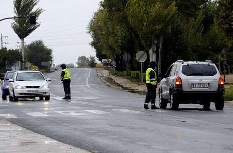 La Guardia Civil controlando los accesos a El Salobral, donde se produjo el doble asesinato.