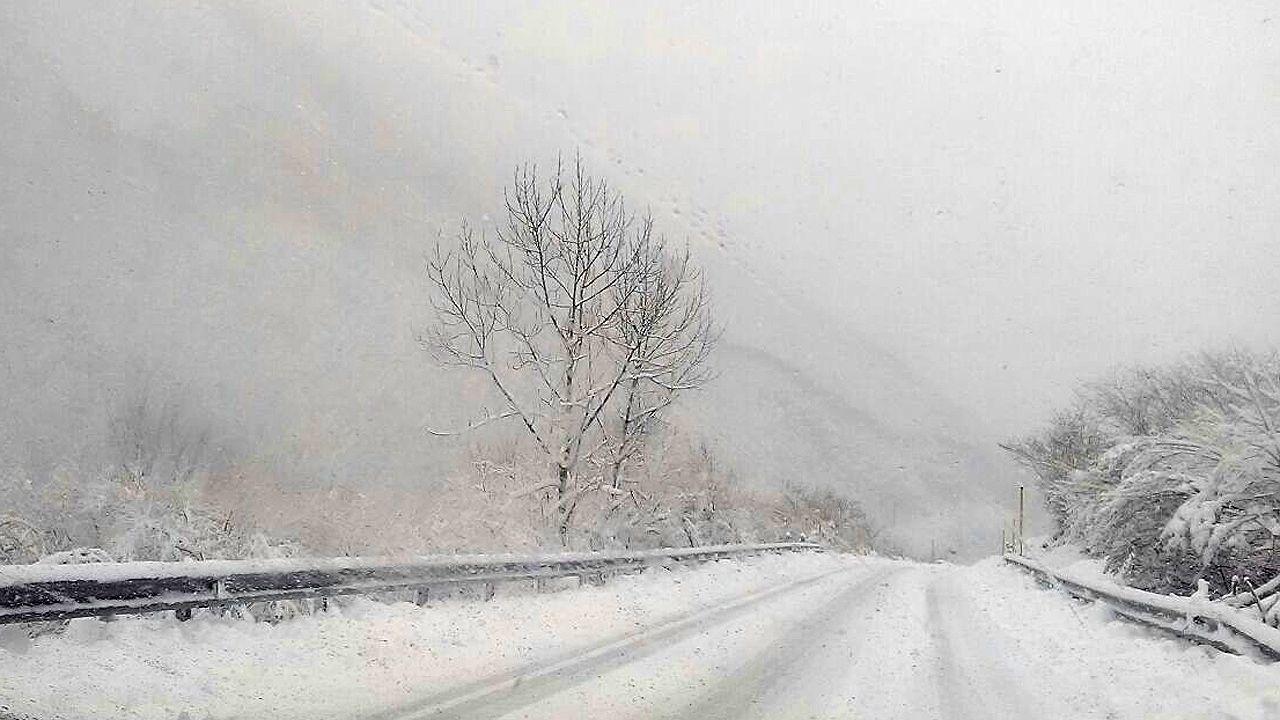 Nieva en Cabranes.La carretera nevada de acceso al puerto de San Isidro, entre Asturias y León