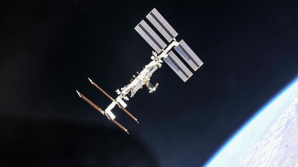 Primer paseo espacial exclusivamente femenino. Elon Musk, a la izquierda, con varios astronautas