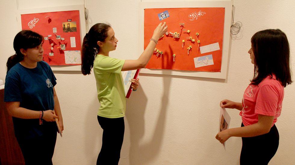 Alumnas de 1º F de la ESO del RIES Jovellanos muestran su ruta poética por Gijón
