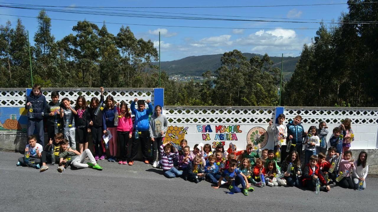Alumnos del CEIP Francisco López Estrada, en el patio del colegio, en O Barqueiro, en una imagen de archivo