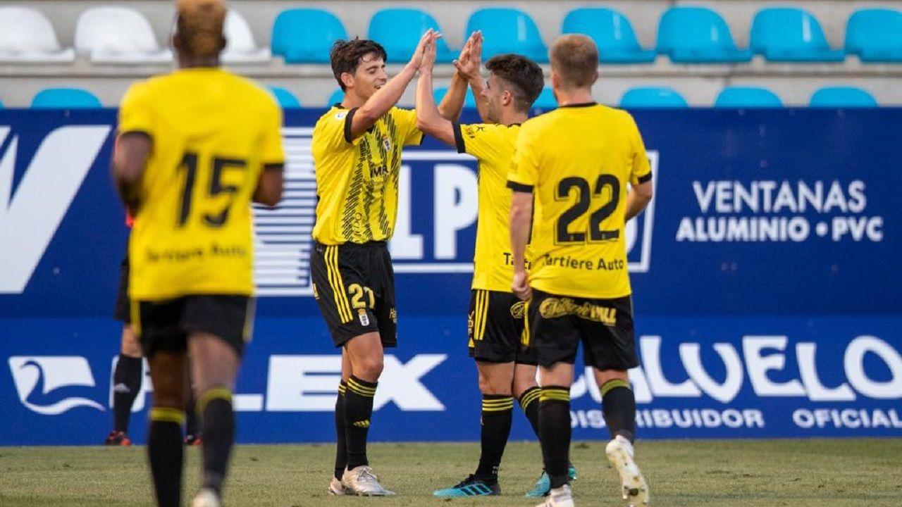 Riki celebra su tanto ante la Deportiva Ponferradina con Jimmy y Edu Cortina