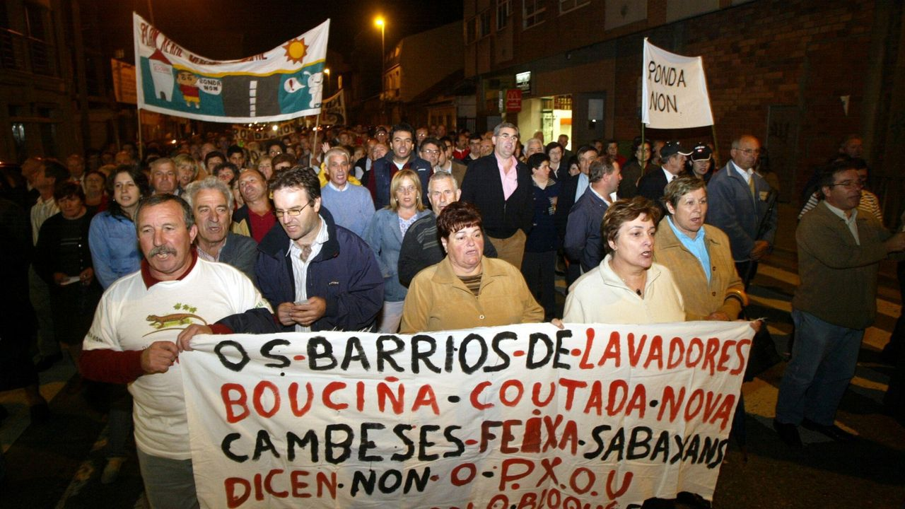 Axel Kicillof, entre Cristina Fernandez y el presidente electo, celebrando el triunfo en las elecciones del 24 de octubre