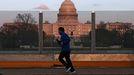 Una persona hace deporte con el Capitolio de Washington de fondo