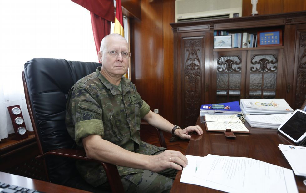 El general de brigada Luis Cebrián Carbonell, en su despacho de la base «General Morillo».