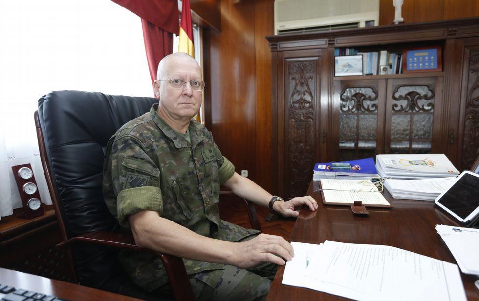 Las razones por la que Merkel hizo llorar a una niña pequeña.El general de brigada Luis Cebrián Carbonell, en su despacho de la base «General Morillo».