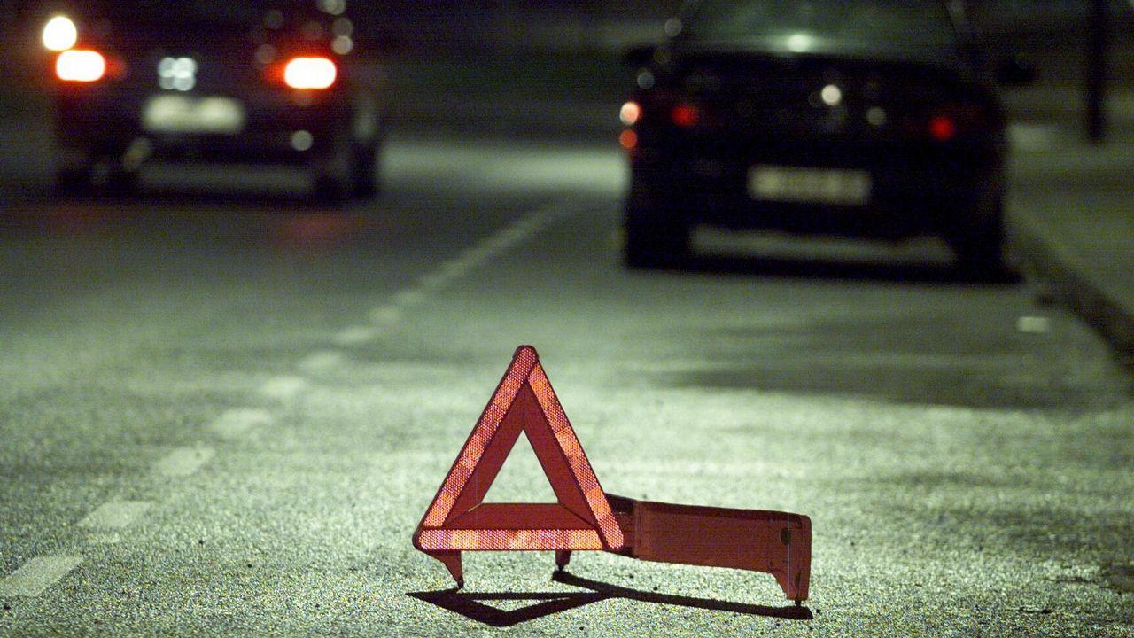 Triángulo de peligro colocado para señalizar la avería de un coche