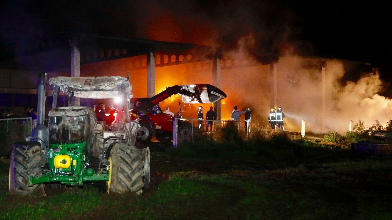 El incendio calcinó dos tractores, otra maquinaria agrícola y la hierba almacenada