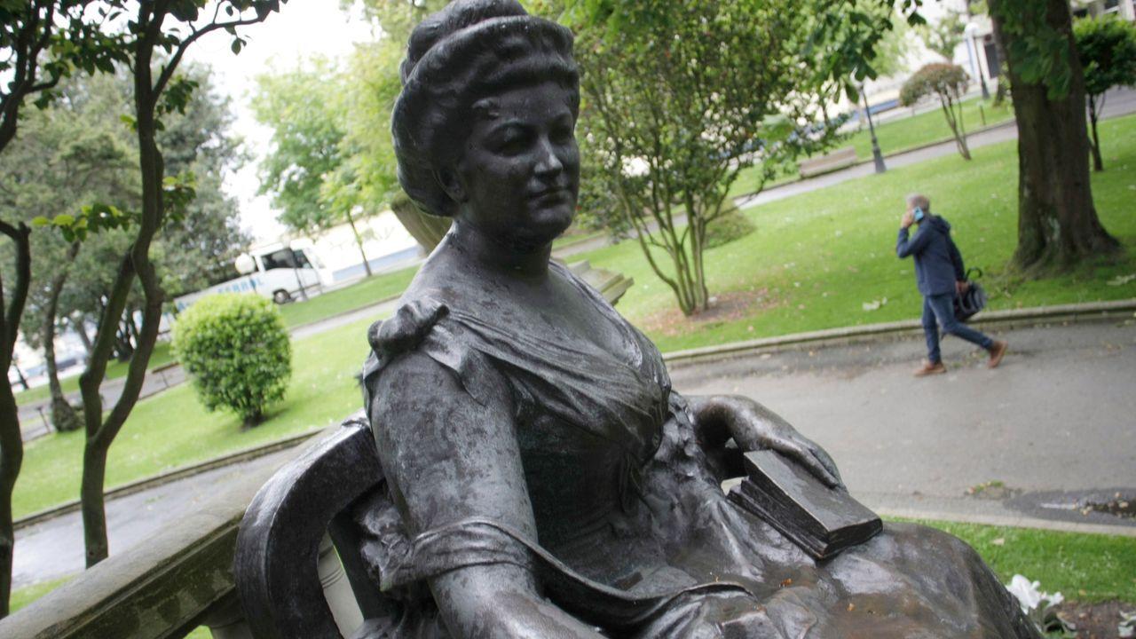 El castillo de Santa Cruz se prepara para un lavado de cara.Presentación de la escultura de Emilia Pardo Bazán en el edificio que lleva su nombre en Sanxenxo
