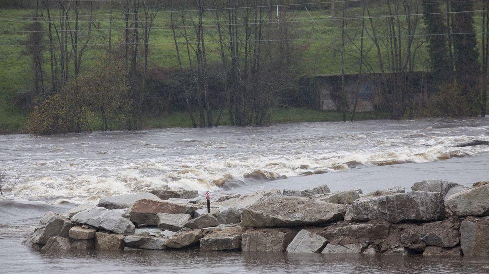 En Lugo, las fuertes lluvias han provocado el desbordamiento del río Miño a su paso por el restaurante O Muíño.