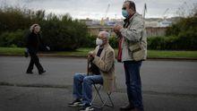 Los mayores de 70 años disfrutan del aire libre y los parques