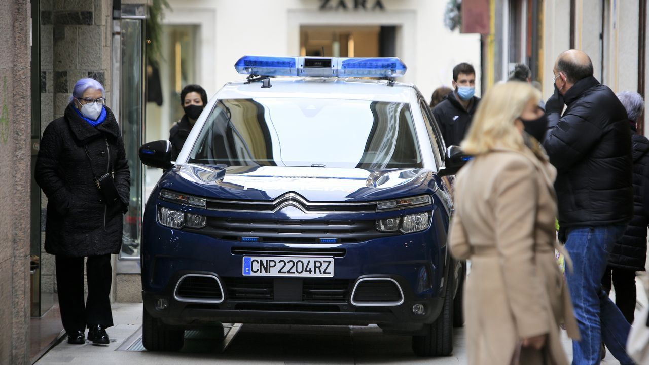 Una patrulla policial, transitando este lunes por las calles del centro de la ciudad