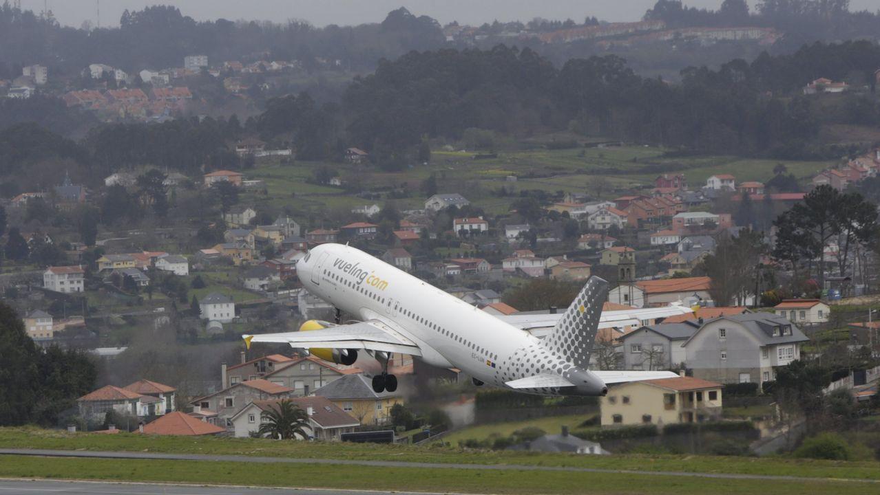 El Black Friday llena las zonas comerciales de A Coruña.Avión de Vueling despegando de la pista de Alvedro