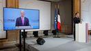 Macron atiende a la intervención de Biden en la Conferencia de Múnich