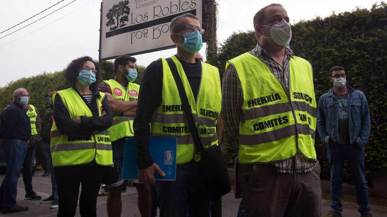 El comité, esta mañana, en Lugo, a la entrada del local hostelero donde comienza la consulta del ERE en la planta de aluminio de San Cibrao